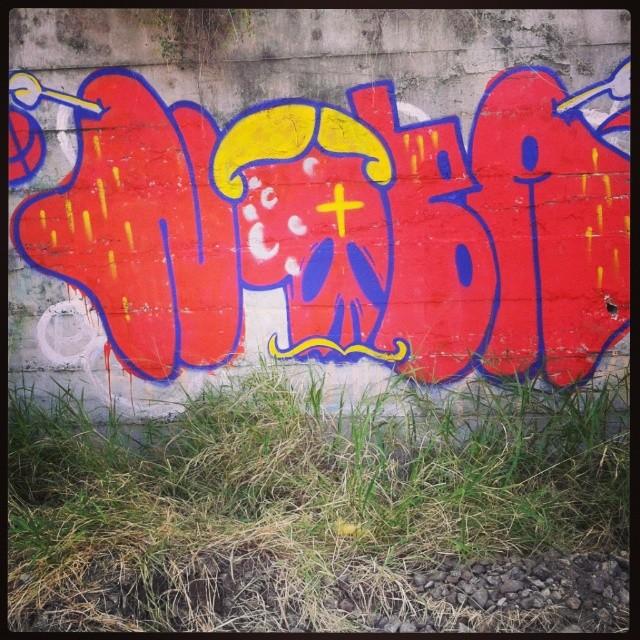 Voltei #artistasurbanoscrew #streetartrio #nobã630 #meusrolés #instagraffiti #graffitirj #tagsandthrows #ilovebomb #tonarua #rj #suburbiocarioca