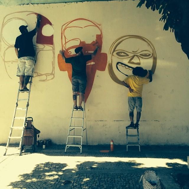 o dia começa monstruoso... @rafocastro @marceloeco e @nhobigraffiti .... vai encarar...? #streetartrio #henriquemadeira #praqueummontedehashtag #streetart