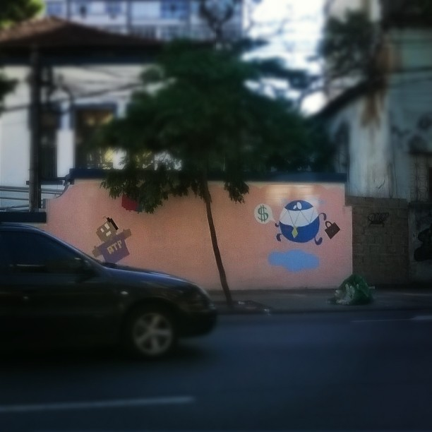 Painel incompleto no muro da discórdia. #MonstrodaNuvem #streetart #grafite #StreetArtRio #Tijuca #Nadi #Moreno