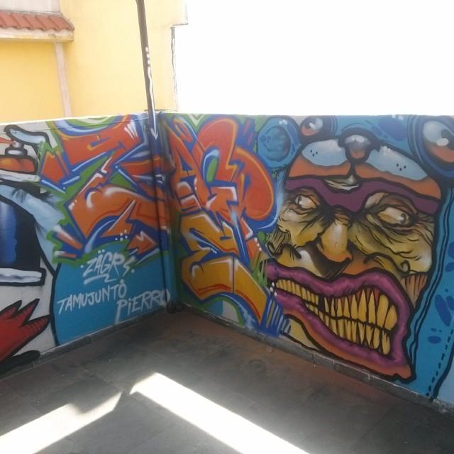 Rolé de madruga na casa do amigo Pierro... #cerveja #amigos #graffiti improvisado como de costume com a pesença do amigo Kros e nossas parceiras @camilazleao @marianabaracho