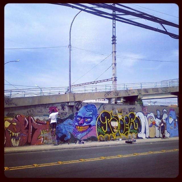 A cena ! #StreetArtRio #graffitart #graffitlove #graffitiporn #graffiti #graffitlife #graffitiart #ruasdazn #art #aucproduções #ilovegraffiti #artistasurbanoscrew #graffitihome #riostreetstyle #graffitirj #poderafro