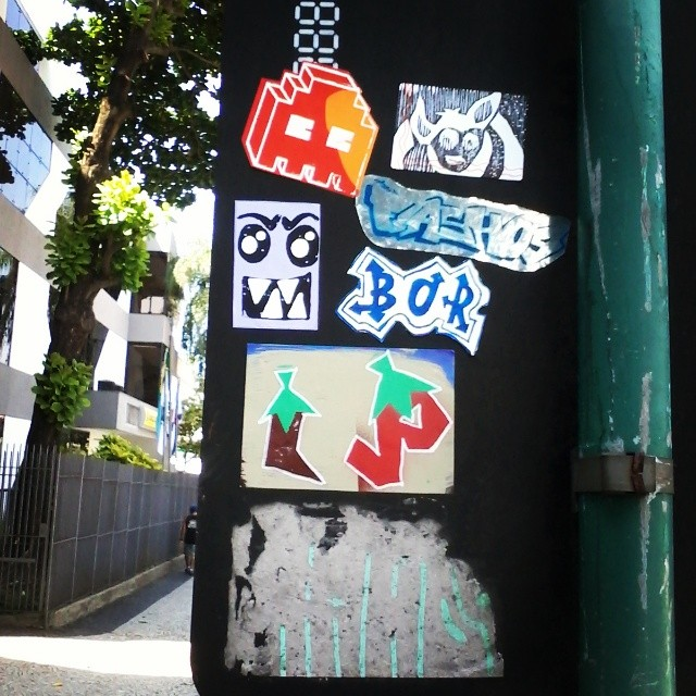 Conjugando o verbo colar...eu colo,tu colas,ele cola,nós colamos e as placas ficam coloridas *-* #streetartrio #sticker