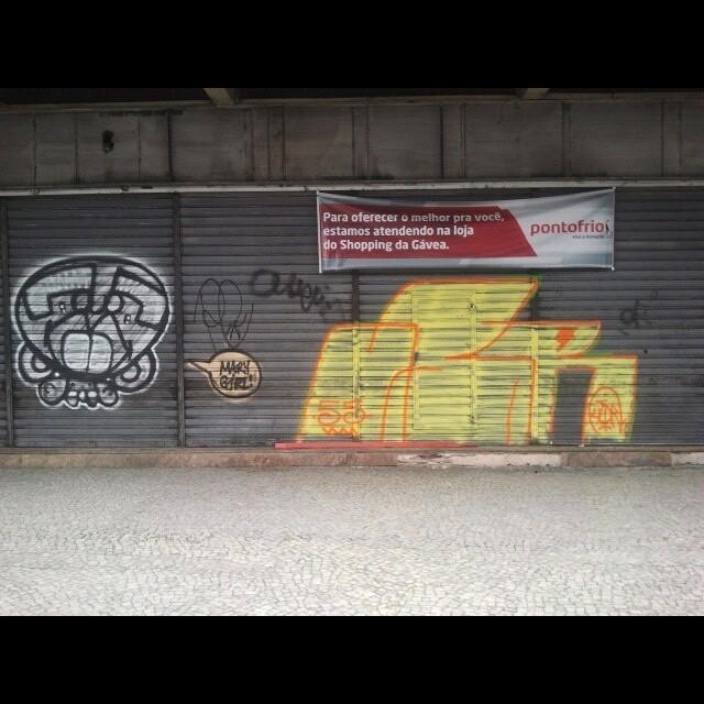 Feriadinn digdinnnnn @idolnoproject #tagsandthrows #throwsallday #throwup #throwie #bomb #bomblife #ilovebombing #welovebombing #streetlife #streetart #streetartrio #arteurbana #artederua #instagraffiti #grafiterj #Jb #pontofrio #55