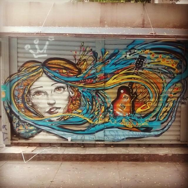 Não forma consciências apenas quando tá aberta (ou forma mais quando tá fechada) #bancadejornal #botafogo #graffiti #StreetArtRio #girl #blue