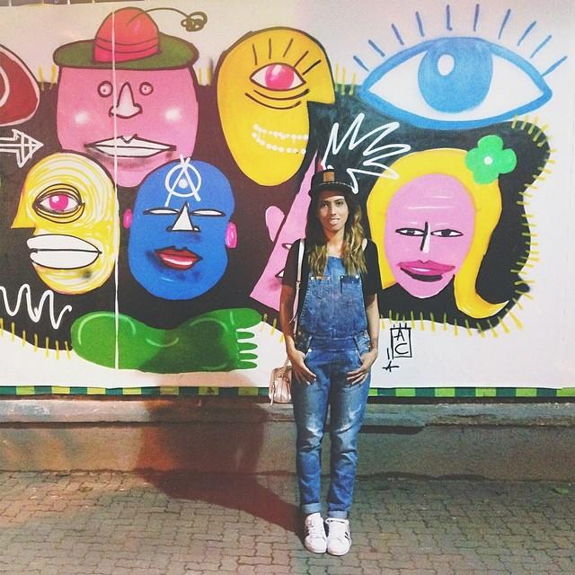 90's mood ️ w/ boné @p40graus jardineira @dimyoficial tênis @adidas #lookdacarla #lookdeoutono #colecionadoradegraffitis #fotovitor #ootd #graffiti #streetart #ipanema