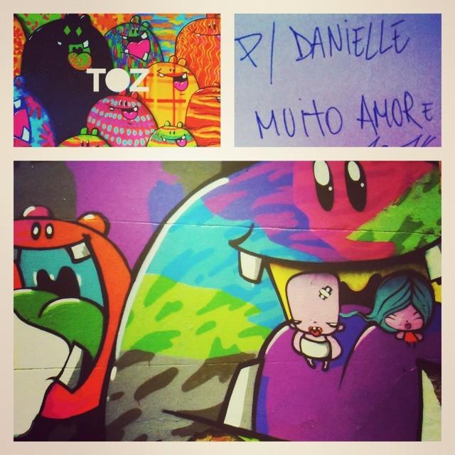 Amei o presente da #galeriamovimento: livro Traço e Trajetória do incrível #tozfbc. Quem nunca viu suas bonequinhas, monstrinhos ou aquele bebê de chupeta está andando muito distraído pelo #riodejaneiro. Trabalho lindo e ao alcance de todos... No muro mais perto! #streetart #streetartrio #graffiti