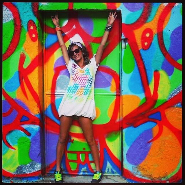 Boa noite de lua cheia! #freehand #freestyle #djonereal #graffiti #cap #oldpic #styling #marygirl #vestido #farm #custom by #idolno #artespray #stencil #colors #neonstyle #streetstyle #idolnostyle #artederua #streetart #streetartrio