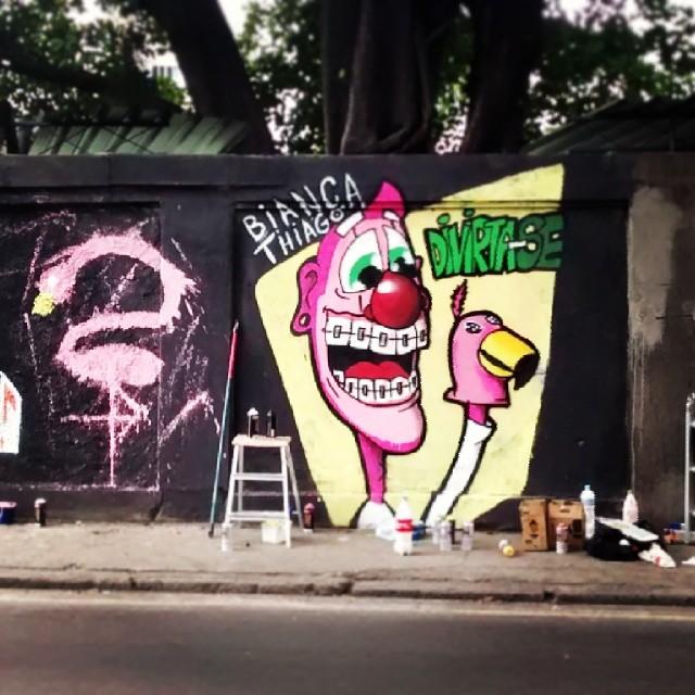 Divirta-se. #trapacrew #rafa #palhaco #flamingo #graffiti #grafite #rosa #grajau #divirtase #streetartrio
