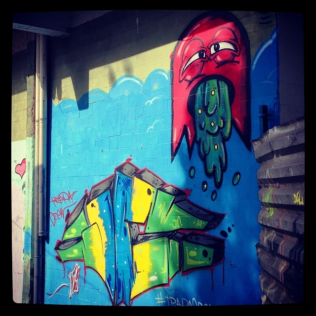 Eu e meu brother JC! Em ritmo de copa! Blergh! #trapacrew #streetartrio #streeaart #grafitti #artederua