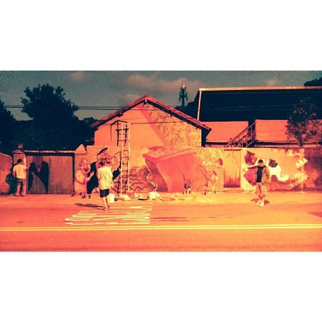 Final do dia de produção intensa com os amigos @ted_snc, @tonsnc, @pedrojardim, @marcelozissu, @brucamuniz, Hugo Inglez, e @felippemussel. Continua, em breve #ocupacopa #horto #raiz #streetartrio #graffiti #art #snc #novecinco #heitorcorrea