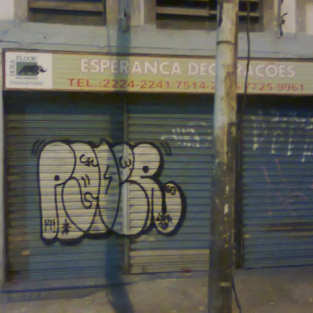 Mais portoes no centro da cidade #vandal #imagempublicadarebeldia #estiloriginal #aucrew #graffitibrazil #graffitirj #tagsandthrows #StreetArtRio