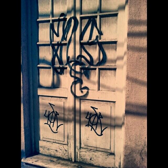 Portas da vida #tagsandthrows #handstyle #tagging #tag #vandal #vandalism #streetlife #streetart #streetartrio #rua #ruasvazias #xarpi #pixacao #pixo #ação #squeezer #krink #grog #55