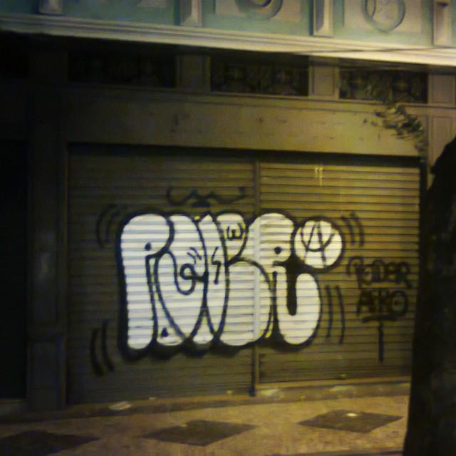 Prataodpatrao no centro da cidade na madrugada. Rolou varios portoes. #vandal #amoportao #imagempublicadarebeldia #estiloriginal #artistasurbanoscrew #StreetArtRio #poderafro