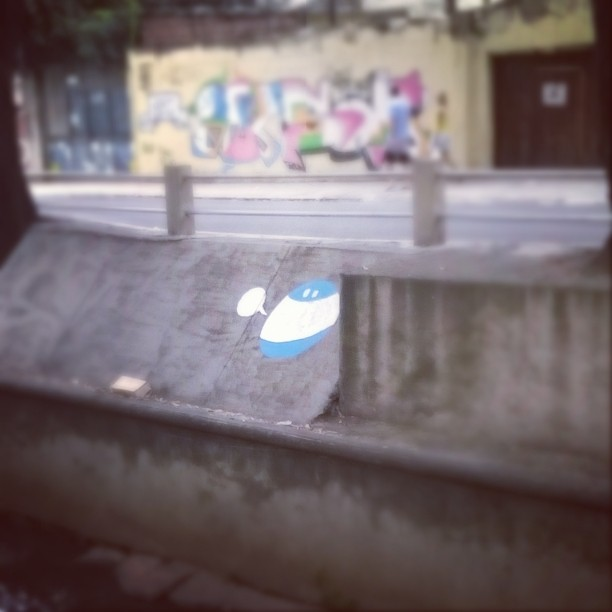 Quando chove a gente dá um tempo. Depois continua! #atp #monstrodanuvem #Nadi #streetart #streetartrio #graffiti #Maracanã