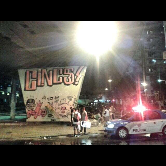 ''Sexta feira é foda pra durmir de madrugada'' #vandalism #vandal #bombing #tagsandthrows #throwup #throwie #extensor #roller #rollergraff #paint #tatudo5 #cops #fuckthecops #policia #welovebombing #55 #streetartrio #graffiti #caligrafia #swagone #usr