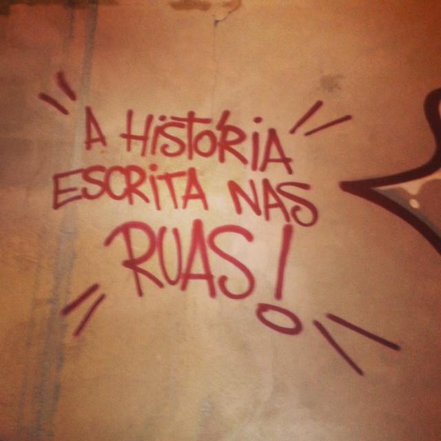A história escrita nas RUAS !!! #artistasurbanoscrew #streetartrio #tagsandthrows #tags #caligraffiti #tonarua #streetwriters #graffitiwriters #writers #riograffiti #ilovegraffiti #instagraffiti #suburbiocarioca #meusrolés #sequencia #zonanorte #ruasdazn