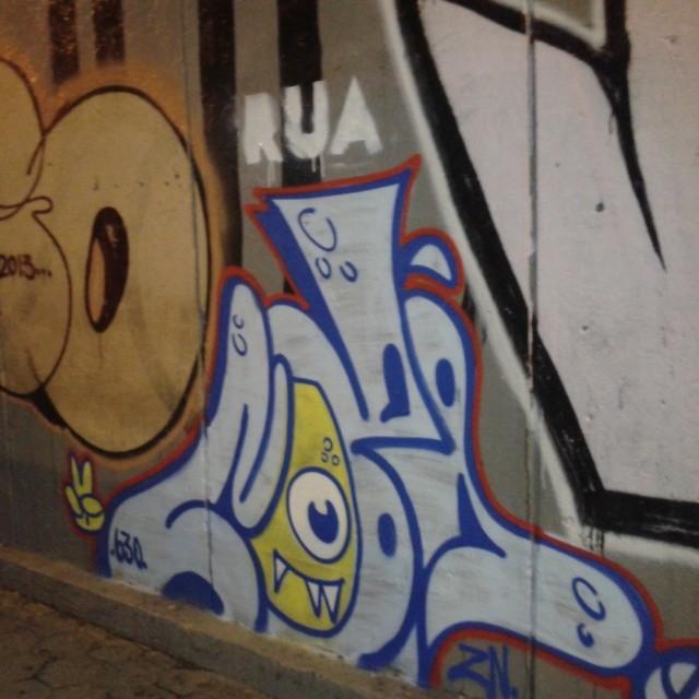 Ainda pelas ruas da Zona Sul #streetartrio #artistasurbanoscrew #tagsandthrows #throwup #bomb #instagraffiti #writers #graffitiwriters #streetwriters #ilovestreet