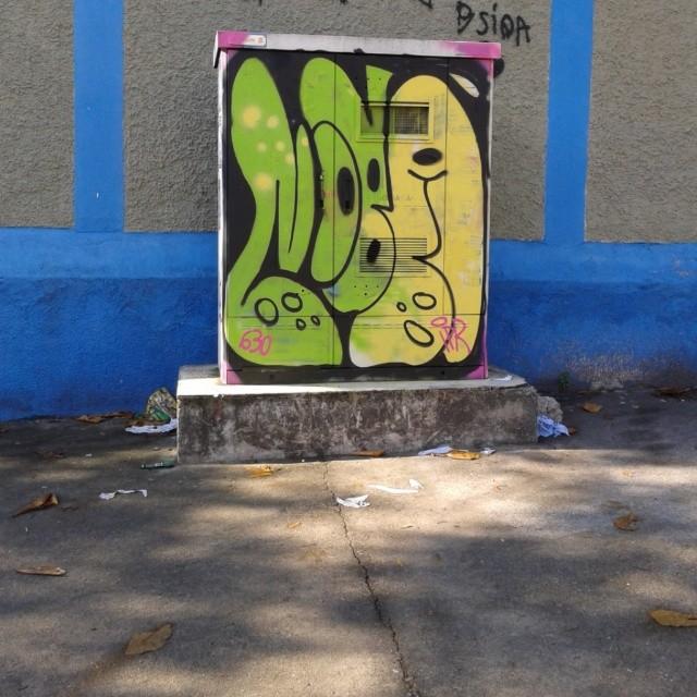 Bom dia ZN. #artistasurbanoscrew #tagsandthrows #throwup #bombing #vandalism #vandal #ilovebomb #bomberman #bomber #errejota #writers #streetwriters #graffitiwriters #znfazencomoda #ruasdazn #suburbiocarioca #legal #ilegal #fodase #tonarua #meusrolés
