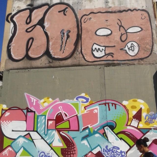 K-Ô - Nobã - Super @super_ftg A cena das ruas #streetartrio #iloveletters #artistasurbanoscrew #kovokcrew #ruasdazn #bomb #vandalism #writers #graffiti #ilovebomb #graffitiwriters #legal #ilegal #fodase #tonarua #tagsandthrows
