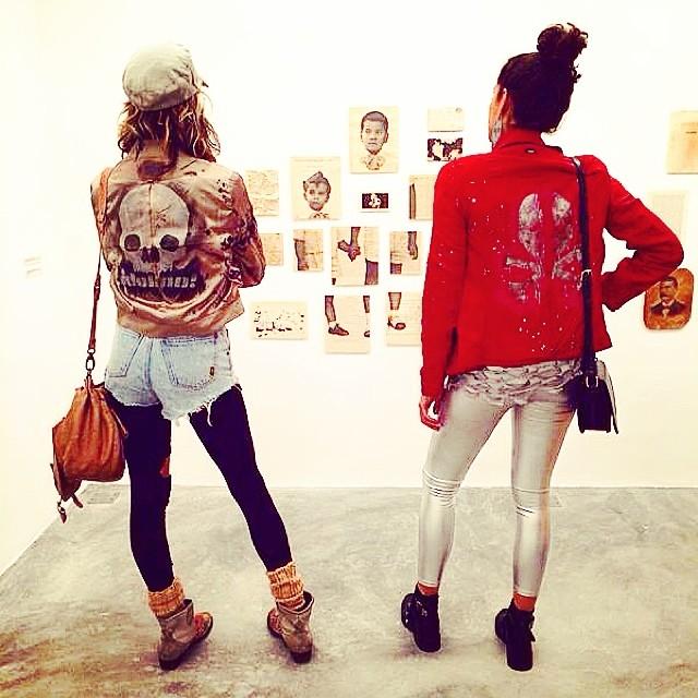 Look de ontem pra expo style da artista Piti Tomé na inauguração da @muvgalleryem Ipanema!! #crew @pedroalvesfr & @bru_olive #styling #marygirl #jackets #custom #idolno #djonereal #artespray #spraycanart #artcollective @idolnoproject  #artederua #arteurbana #streetart #streetartrio #idolnostyle #streetstyle