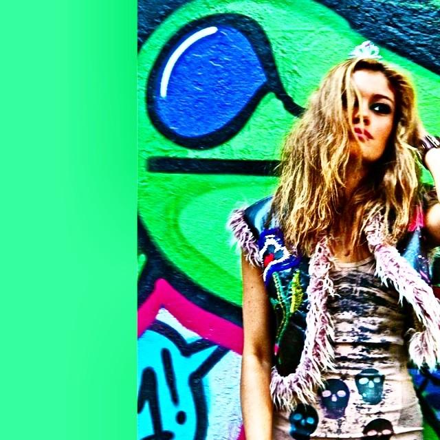 Muse!!! @sophiecharlotte1 #idolnoaction  #photo #djonereal #graffiti #hípica @sockppxi #dj1 #styling #marygirl #look #dress #colcci #waistcoast #misssixty #artcollective @idolnoproject  #artederua #arteurbana #streetart #streetartrio