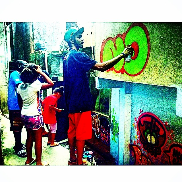 NO beco #multiraorocinha @sockppxi #rocinha #djonereal @warkrocinha #kadinho #streetartrio #streetart #graffiti