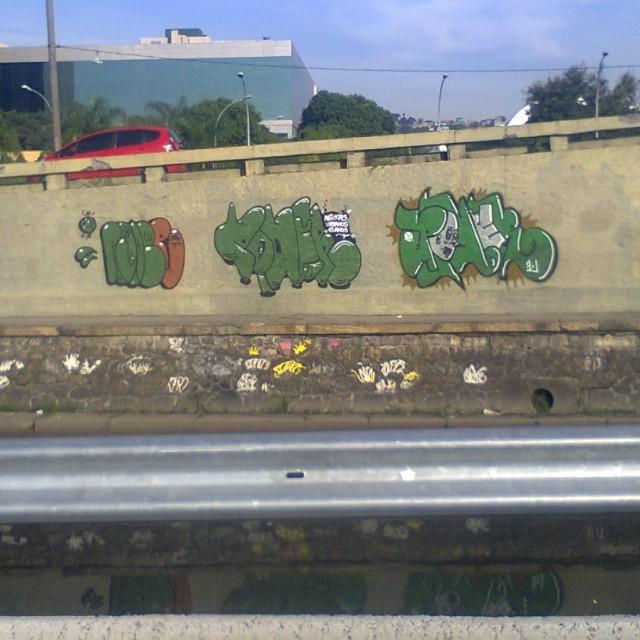 Rodei pros policiais mais deu pra continuar em frente a prefeitura #tagsandthrows #estiloriginal #graffitirj #classicgraffiti #poderafro #imagempublicadarebeldia #StreetArtRio