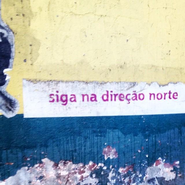 Já é uma direção. ️️️️️️ #art #arte #aruafala #artederua #arturbain #arteruario #errejota #graffiti #graffrio #graffitiart #graffitirio #imagemquefala #instagraffiti #igersdizquefuiporai #popart #painting #ruasdorio #riopostcard #rjstreetart #streetart #streetartrio #street_art #urbanart
