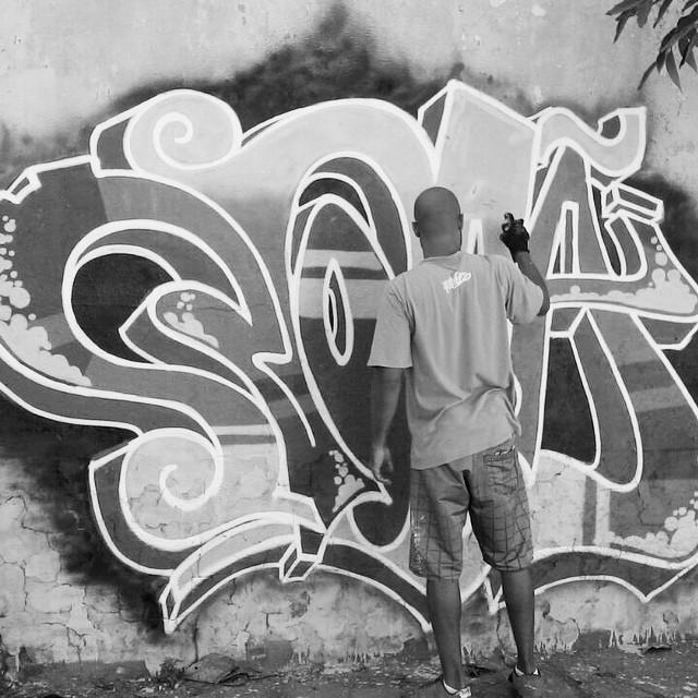 As manhãs de domingo são mágicas na Zona Norte. #artistasurbanoscrew #noba630 #tagsandthrows #ilovegraffiti #instagraffiti #writers #graffitiwriters #streetwriters #streetartrio #graffiti #worldgraffiti #ruasdazn #suburbiocarioca #penha #wallcolors #spraypaint #urbanart #loveletters 2014