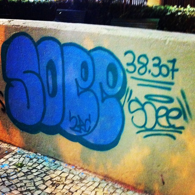 Bomber pra fechar o dia!! E vai tnc estado vcs pintam e a gente pinta vamos ver quem tem mais tinta!!! A mureta de lj é nossa guerra das tintas porra 4 vez!!!! #streetartrio #soee #2rc #graffiti #grafite #arteurbana #94 #latex #guerra #38307combasenalei