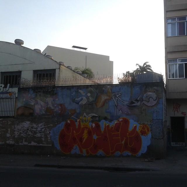 Coladores de cartaz não irão vencer a guerra. #graffitirj #artistasurbanoscrew #carreirasolo #tagsandthrows #welovebombing #ruasdazn #streetartrio #aucrew #poderafro