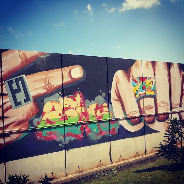 Hoje foi dia de visitar uma das maiores galerias à céu aberto do Brasil. A Escola Sesc na Zona Oeste conta com obras de grafiteiros de diversas partes do país e do mundo. Em detalhe, painel dos amigos da Santa Crew! #graff #graffart #instagrafite #streetart #streetartrio #colors #brazil #rj #021 #santacrew