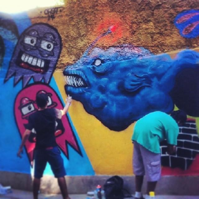 Lá das profundezas / ladeira do Chapéu Mangueira #graffiti #streetartrio #streetart #abissal #fish