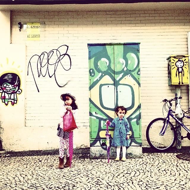 My crew!  #pinkgirl #mm #styling #marygirl #party #Betina #graffiti #djonereal @sockppxi @warkrocinha #artederua #arteurbana #streetart #streetartrio #idolnostyle #streetstyle
