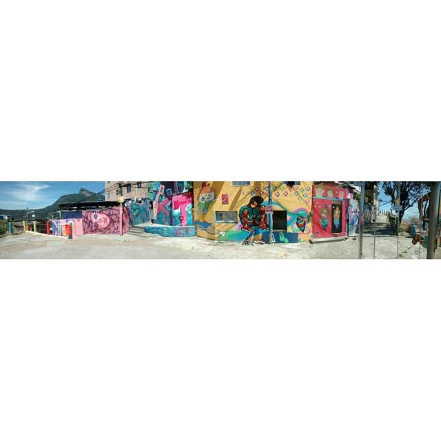 Ainda sobre o role de mais cedo, parte do caminho do graffiti no morro dos Prazeres, se tu curte street art PRECISA ir lá um dia. #StreetArtRio #SantaCrew #streetart #rua #graffiti #021 #RiodeJaneiro #errejota #SantaTeresa