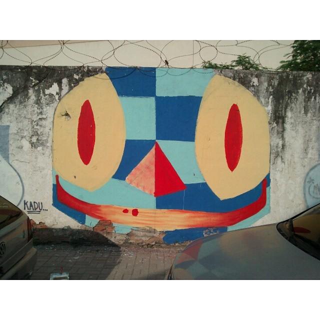 Antes MSM d acabar o muro vem um bando de filhos da ..... #Kaduori #graffiti #streetartrio #streetart #paint