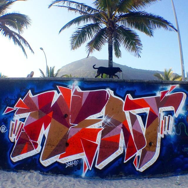 Beach... Com os amigos @tarm1 @brunobig @rodrigo_villas @mga021 @ftdiniz #letters #letras #freehand #freestyle #spraypaint #streetartrio #riodejaneiro #rj #rio #mentone #marceloment #nacaocrew #abl #acl