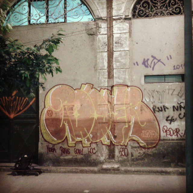 Começando a noite. Skate & Graffiti #vandal #tagsandthrows #welovebombing #poderafro #aucrew #streetartrio #artistasurbanoscrew #carreirasolo #classicbomber #estiloriginal
