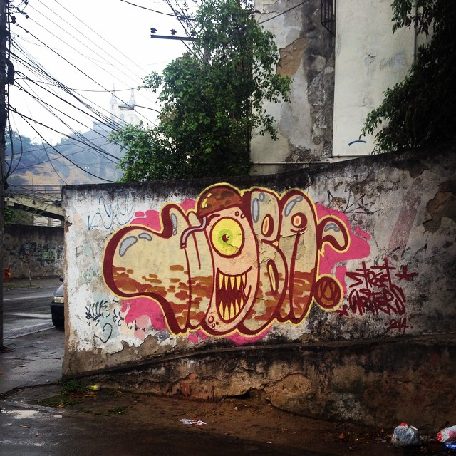 Domingo chuvoso tinta nos muros #artistasurbanoscrew #aucrew #bomb #ilovebombing #tagsandthrows #throwup #spraypaint #writers #graffitiwriters #streetartrio #streetstyle #streetart #streetwriters #suburbiocarioca #ruasdazn #zonanorte #penha #igrejadapenha #protetora #spraypaint #lovecolors