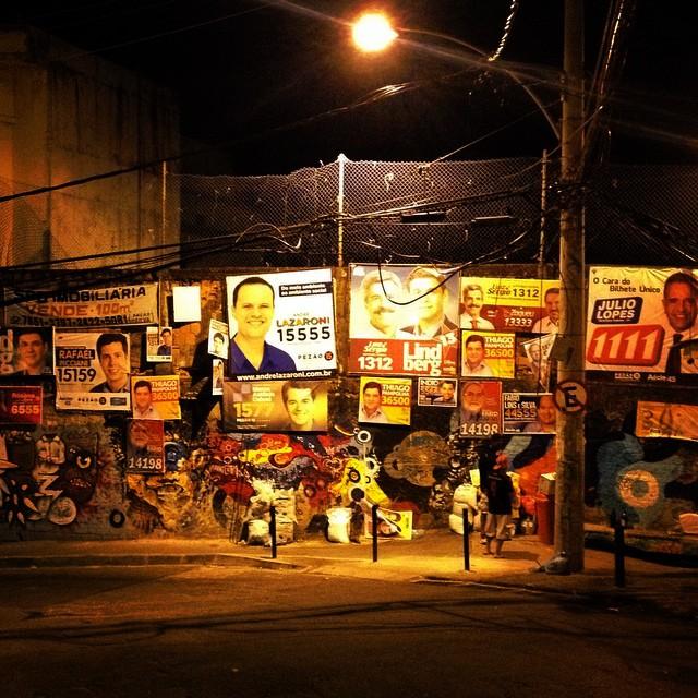 Ele subiu o morro sem gravata... Só candidato caô caô, como dizia o mestre Bezerra. #streetartrio #bezerra #politicasuja #votetarm