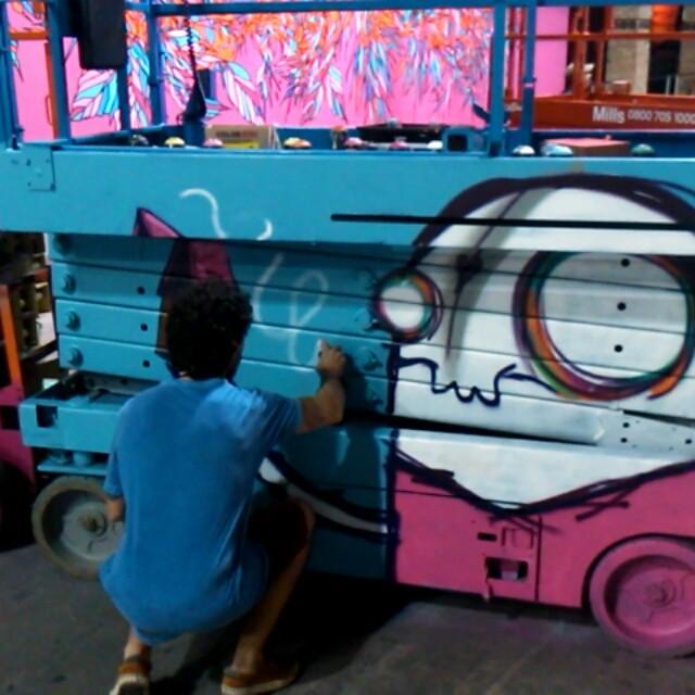 Fechando o @artrua com o irmão gigante @rafocastro #artrua #rafocastro #heitorcorrea #novecinco #painting #streetartrio #galeriaaceuaberto #streetart