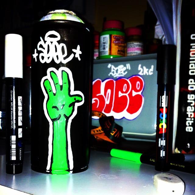 New persona invasãoooooo #alien #spraycan #streetart #soee #2rc #arte #artederua #streetartrio #94 #mtn #graffiti #grafite #persona #mao #bomb #lata #poscacurte #posca