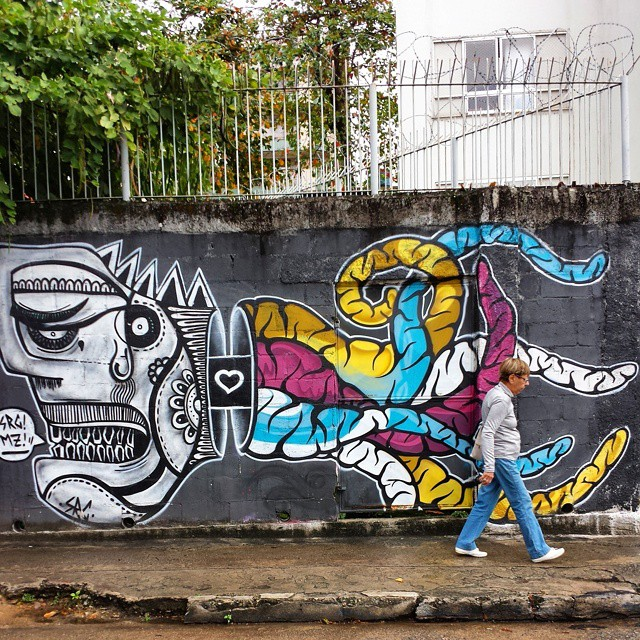 No meio do caminho tinha um #grafite Tinha um #graffiti no meio do caminho...  pelas ruas da Tijuca #streetphoto_brasil #riocitylife #carioquissimo_zn #clubepixel #exploremycity #best_streetview #tv_streetart #dsb_graff #splendid_urban #daros_city #cliquediaadia #ruasdomeupais #ig_cameras_united #freedomthinkers #teamoddshots #at_diff #insta_pensadores #poesiadasimagens