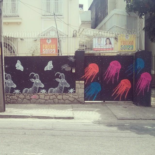 Palanca negra, borboletas e agua-viva. #Streetart #Stencil #streetartrio #StreetArtRj #leonardt #VENOM