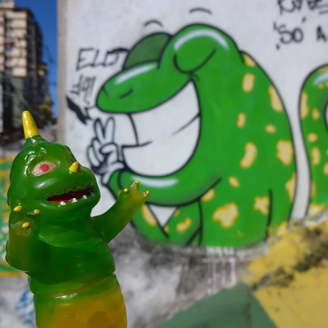 Paz & Amor para o Brasil!!!  #brasil #pazeamor #loveandpeace #wormrah #grumbletoy #lizard #lagarto #riostreetart #streetartrio #urbanart #arteurbana #riodejaneiro