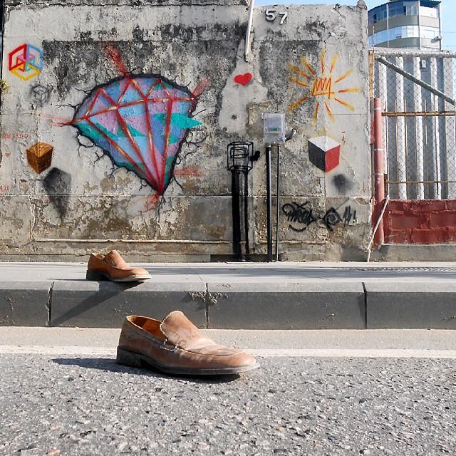 Posso até ficar descalço, mas, a caminhada sempre é firme!!!! Rolé de diamante no centrão! #abstraçãogeométrica #artecontemporanea #arte #brasil #cores #dialogomudo #desenho #espaçovazio #fotografia #geometricabstract #graffiti #instagrafite #instagraffiti #luz #letters #naçãocrew #palavraspintadas #preas #pintura #riodejaneiro #spray #streetart #streetartrio #universopictóricoparticular #tags #tag #tintasnosmuros #vsd