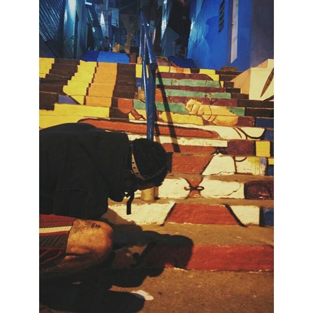 Segundo dia de pintura aqui no Santa Marta! NAVIU metendo bronca na escadaria noite adentro. #naviu #tintascoral #tudodecorpravocê #instasize #vscocam #streetart #streetartrio
