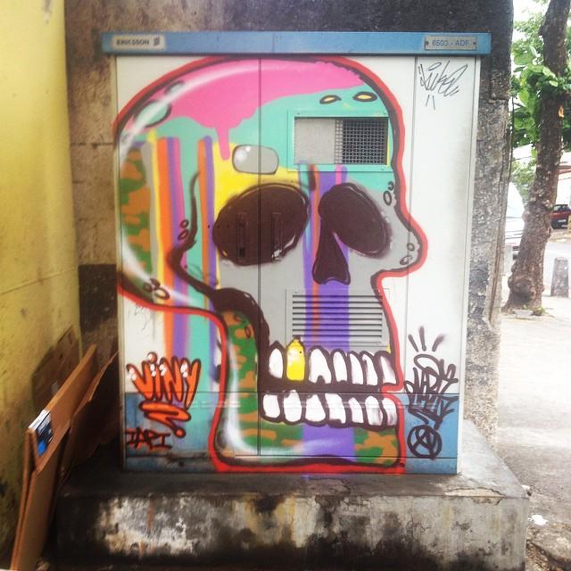 Sessão da Tarde @vini_iapi #skull #loveskull #artistasurbanoscrew #streetartrio #instagraffiti #caveira #skullcolors #writers #graffitiart #graffitiwriters #streetstyle #streetwriters #ruasdazn #amoarte #loveart #lovecolors #spraypaint #arteurbana #urbanart #crew #suburbiocarioca