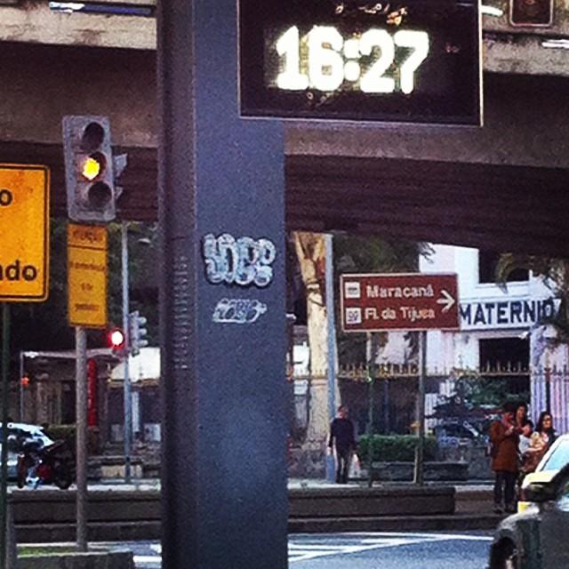 Stickerbomb puxa e cola!!! @rews_1v1s1d #soee #rews #rj #grafite #graffiti #grog #streetartrio #sticker #16:27 #laranjeiras #bomb
