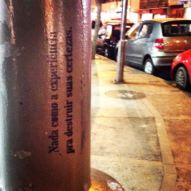 #arteurbana #artenarua #art #arts #frasesderua #graffitilovers #graffitiart #graffiti #wallart #urbanwalls #urbanart #olheosmuros #oqueasruasfalam #poesiaconcreta #poesiaurbana #pelosmuros #publicart #pelasruas #instagrafite #muros #nasruas